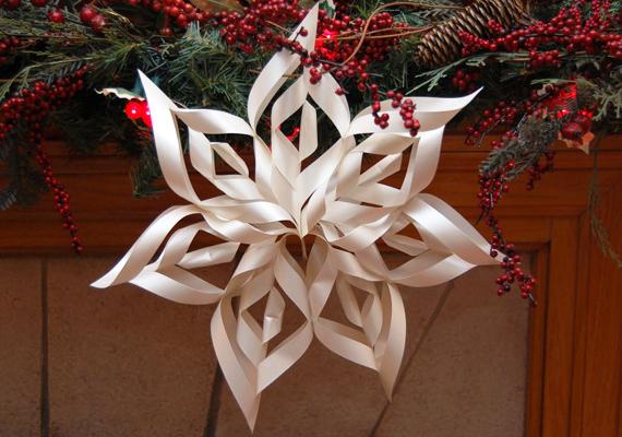 Egy négyzet alakú papírt hajts össze átlósan, majd hajtsd félbe. Azt a részt, ahol nem nyílik szét, vágd be két-három helyen, majd nyisd szét a papírt, és hajtogasd ellentétes irányba a kivágott részeket. Csinálj hét egyforma alkatrészt, végül középen összefogva és a tetejüknél tűzd össze őket.