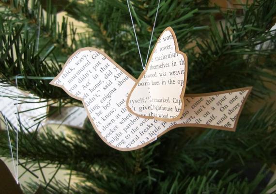 Szintén egy varrós megoldás. Vágj ki egy darabka használt újságból madárformát, illetve szárnyakat, majd fektesd egymásra, és varrd össze őket.
