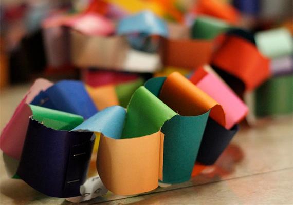 Vágd fel a papírokat kisebb darabokra, majd tűzd őket össze, és már készen is van a lánc, a gyerekek nagy kedvence.