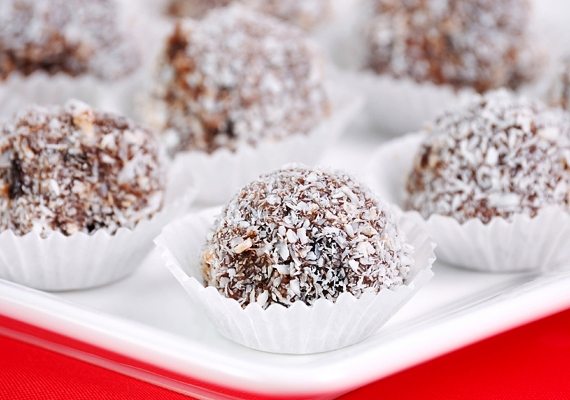 Nem maradhat ki a felsorolásból az örök kedvenc kókuszgolyó sem: ha eléd teszik a tányért, lehetetlen abbahagyni ezt a finomságot. A klasszikus receptet ide kattintva találod meg.