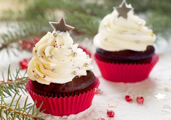 Méltán divatos édesség a muffin, illetve a cupcake, hiszen egyszerű, végtelen variációja létezik, és imádnivalóan szép kreációkat lehet készíteni belőle. Az alapreceptért kattints ide, ha pedig karácsonyi díszítési ötletekre vagy kíváncsi, ezen a linken nagyon gusztákat találsz.