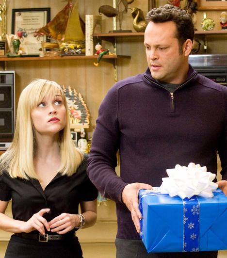 Négy karácsony  Kate és Brad eddig ügyesen kivonta magát az ünnepi forgatagból, minden évben egy távoli, napos szigeten töltik a karácsonyt. Idén azonban pórul járnak, a ködös idő keresztülhúzza a számításukat, és otthon ragadnak. Mindez pedig azt jelenti, hogy az általuk olyannyira nem szeretett tortúrát ezúttal nem ússzák meg. Nem kevesebb, mint négy karácsony vár rájuk, hiszen mindketten elvált, majd újraházasodott szülők gyermekei.