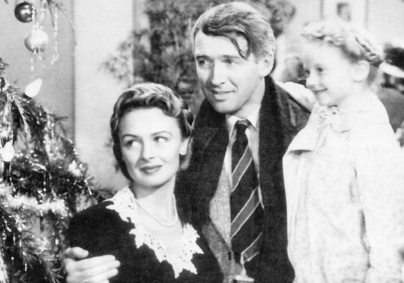 Az élet csodaszép, 1946: George Bailey élete nem éppen zökkenőmentes, ezért karácsony este úgy dönt, öngyilkosságba menekül. Az égiek azonban nem hagyják ennyiben a dolgot, segítőt küldenek a férfi mellé, hogy megmutassa neki, az élet igenis csodaszép.