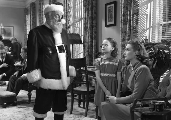 Csoda a 34. utcában, 1947: A nagyáruház Mikulása annyira leissza magát, hogy képtelen ellátni a feladatát. Szinte csodával határos módon bukkannak rá a bájos öregemberre, Kris Kringlere, aki egyvalakit leszámítva mindenkit lenyűgöz. Doris Walkerre nem hat a bűbáj, hiszen neki mindig azt mondták, a fehérszakállú csak a mesében létezik.