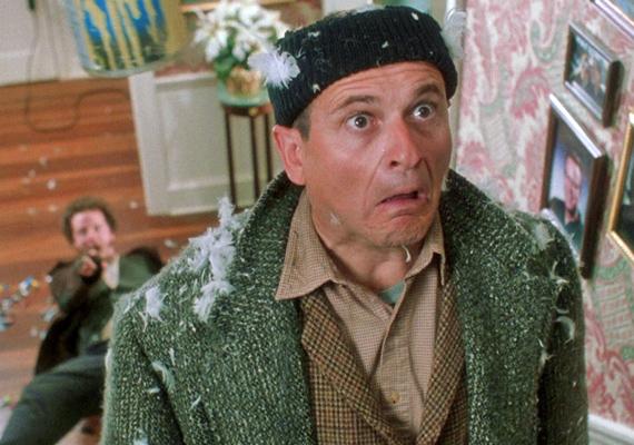 Reszkessetek betörők!, 1990: A McCallister család Párizsba igyekszik, hogy ott töltsék a karácsonyt, ám legkisebb fiúkat, Kevint véletlenül otthon hagyják. A fiú már éppen megunná az egyedüllétet, amikor betörők bukkannak fel, hogy kifosszák a környékbeli otthonokat, többek között a McCallister família otthonát is.