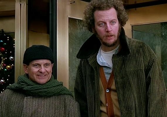 Marv és Harry, a Reszkessetek, betörők! enyveskezű tolvajpárosa a gazdag kertvárosi családok karácsonyát szeretné tönkretenni, de Kevin, az otthon felejtett lurkó keresztülhúzza számításaikat.