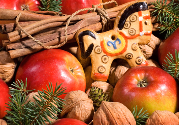 Igazíts el néhány fenyőágon pár almát - akár szárított szeleteket is -, diót és persze egy szépen díszített mézeskalácsot, és már kész is az egyedi dekoráció.