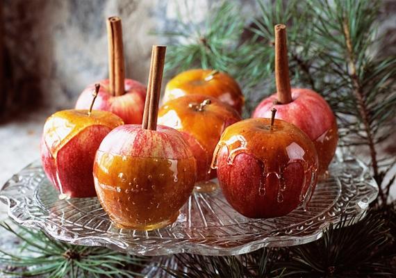 Az almák tetejét kicsit vágd be, és szúrj a gyümölcsökbe egész fahéjrudakat. Egyszerű, mégis nagyszerű látvány, nem beszélve az illatról.