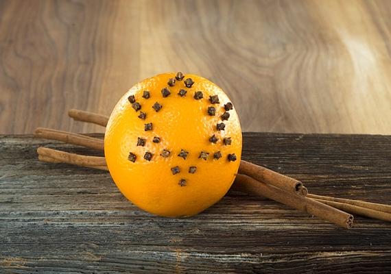 Már néhány száz forintért kaphatsz egy kiló narancsot, amit szegfűszeggel - hasonló árkategória - úgy díszíthetsz ki, ahogy szeretnél. Nemcsak látványos, de az illatok is magukért beszélnek.