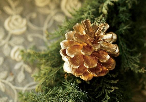 Gyűjts össze néhány lehullott tobozt a közeli parkban, vegyél egy ezüst vagy aranny festéksprayt, és fújd le őket. Az egyszerű dísz gyerekkori karácsonyokat idéz.