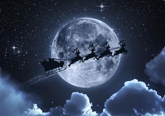 A Mikulás szánja siklik a holdfényben. Ezen a linken éred el a képet!