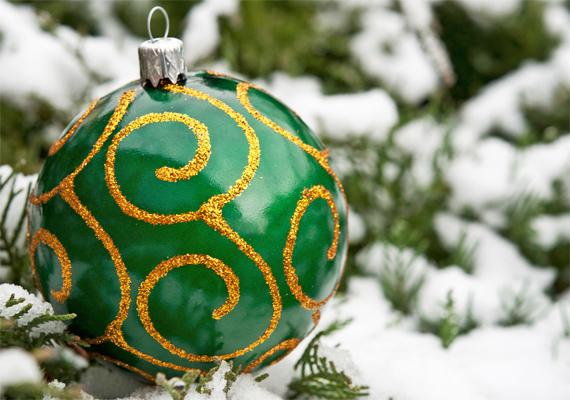 Természetes báj: hófödte fenyő zöld üvegdísszel. Kattints ide a nagy felbontású képért! »