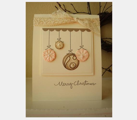 Kevés csipkével és néhány papírból kreált karácsonyi gömbből is szép képeslapot készíthetsz.