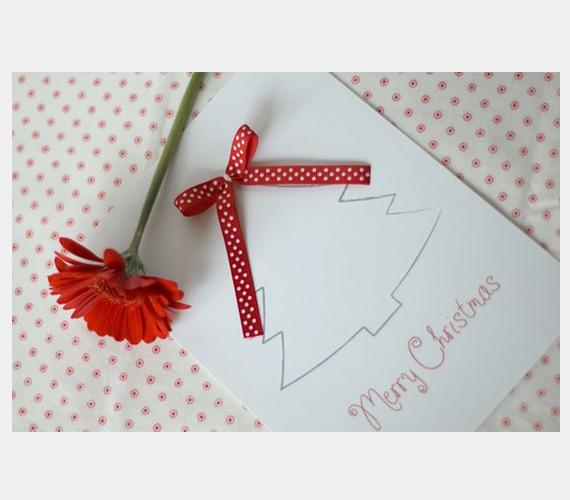 Egyszerű karácsonyfás megoldás, piros szalaggal díszítve. Ezt még akár a gyerkőc is el tudja készíteni.