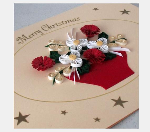 Ha van otthon néhány felesleges díszszalag, azt is felhasználhatod a képeslaphoz. Tekercseld őket össze, öltsd össze a végét, és ragaszd fel a kartonra, virágformában.
