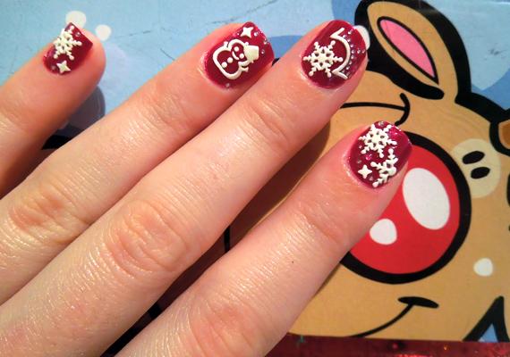 Mázold pirosra a körmödet, majd fehér díszítőlakkal rajzolj bele különféle karácsonyi mintákat, például hópelyheket vagy hóembereket.