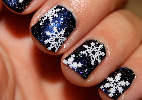 A sötétkék, csillámos körömlakkon nagyon jól mutatnak a fehér hópelyhek - mint egy téli éjszaka, amikor esik a hó. Ezt a mintát kétféleképpen tudod elkészíteni: boltban kapható körömmatricákkal, vagy - ha jó a kézügyességed - körömdíszítő pálca segítségével.