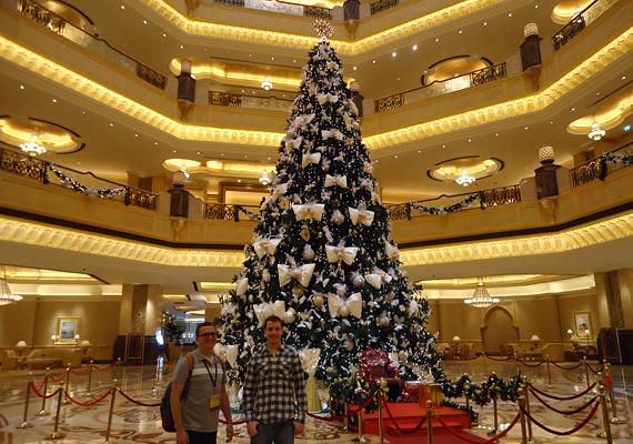 A világ legdrágább karácsonyfáját Dubaiban állították fel - közel 11 millió dollár értékben dekorálták. Ahogyan a képen is látszik, a turisták imádták a látnivalót.