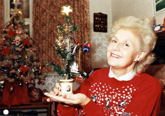 Janet Parker büszkén mutatja, hogy övé a világ legöregebb karácsonyfája, amit még a dédnagynénje vásárolt 1886-ban. A kis fa mindössze 30 centi magas.