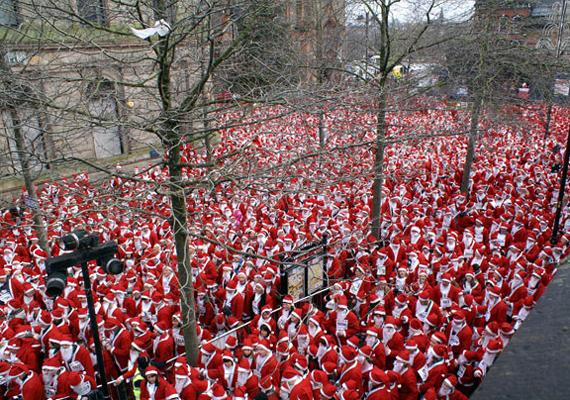 Írország északi csücskében, Derry Cityben 2007-ben 13 ezer Télapónak és Télanyónak öltözött ember gyűlt össze.