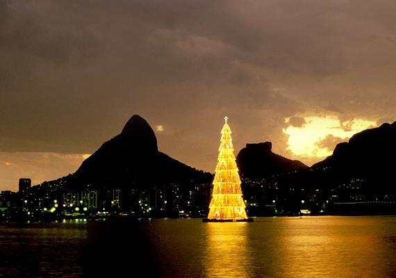 Rio de Janeiróban áll a világ legmagasabb úszó műfenyője, amely 85 méter.