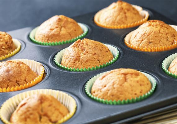 A karácsonyi narancsos muffinban az édes és fanyar ízvilág remekül kiegészíti egymást, ettől olyan finom ez a sütemény.