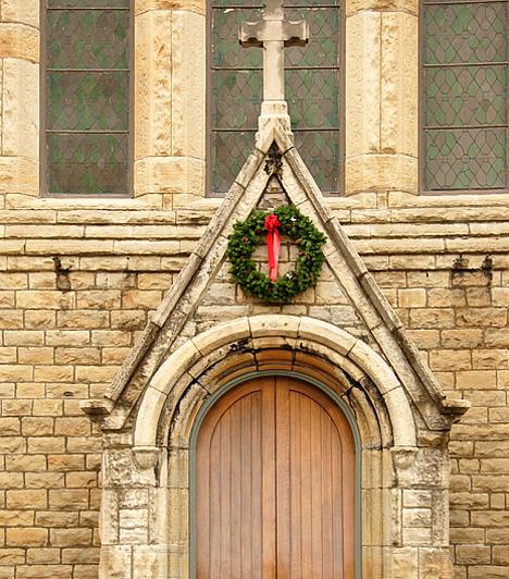 Éjféli mise A keresztények körében a december 24-én tartott éjféli mise látogatása az egyik legfontosabb hagyománynak számít a karácsony kapcsán. Ha valaki feláll Luca székére, megláthatja a boszorkányokat, de azt is tartja a szóbeszéd, hogy amíg az emberek a misét vannak, addig álltaik összegűlnek és kibeszélik gazdáikat.