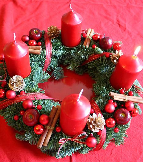 Adventi koszorúAz adventi időszakot Szent András napját követő vasárnaptól, vagyis november 30-tól kell számolni, méghozzá úgy, hogy karácsonyig egy-egy gyertyát kell meggyújtani az adventi koszorún. Az ünnep a Jézus születéséig tartó várakozást jelenti, a koszorún lévő gyertyák az ő életét jelképezik.