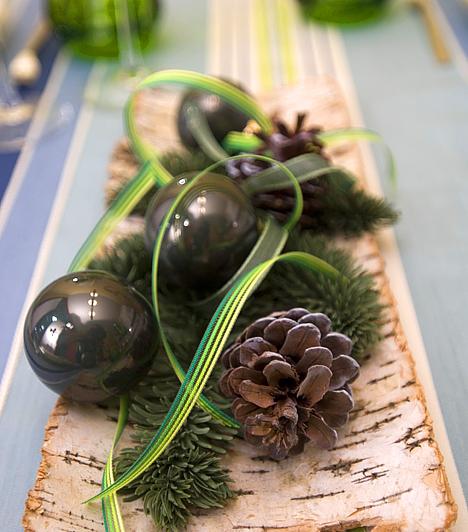 Az asztal ékeAkár a legújabb trend, akár a klasszikus stílus jegyében teríted meg az ünnepi asztalt, ne feledkezz meg az asztaldíszről sem. Ehhez elég két-három kisebb gömbdísz néhány toboz, fenyőágak és szalagok társaságában. Teheted üvegtálba, de egy darab ép fakéregbe is.Kapcsolódó cikk:3 gyönyörű karácsonyi dekortipp »