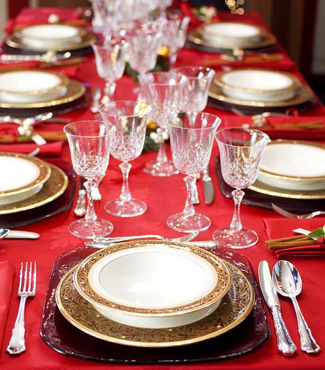 Eltérő anyagokNe félj keverni a stílusokat az ünnepi asztalon sem! Egy egyszerű, de emelkedett hangulatú tányér alatt például tökéletesen megfér egy bordó üvegtányér is.Kapcsolódó cikk:3 stílusos ünnepi teríték »