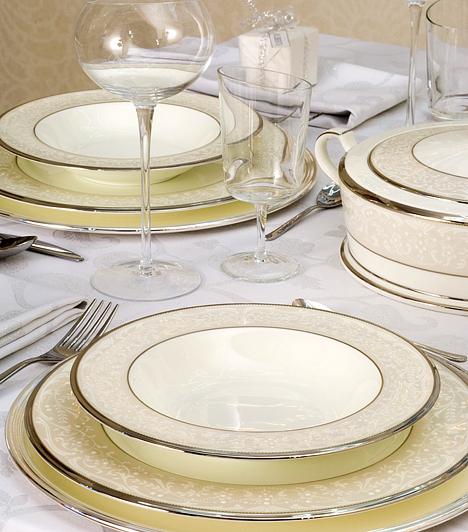 Az egyszerűség jegyébenHa nem kedveled a színpompát, ne erőltesd. Legyen csak a karácsonyfa színes, az étkezőasztalt pedig uralja a visszafogott bézs és a fehér kombinációja. Aranyszélű tányérokkal egyáltalán nem lesz unalmas az összhatás.