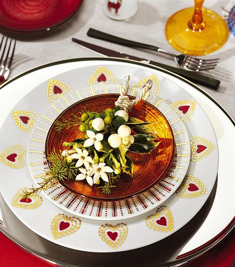 A vendégek öröméreHa túl zsúfoltnak hat az asztal közepére helyezett dísz, a vendégek tányérjába csempéssz apró dekorációt. Egy kis csokor fagyöngy néhány zöld levéllel minden asztalon jól mutat.Kapcsolódó cikk:Icipici a lakásod? Így díszítsd fel! »