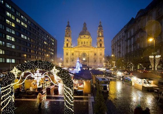 Szintén december 1-jén, harmadik alkalommal gyúlnak ki a fények a Szent István-bazilika előtt. Sötétedés után érdemes kilátogatni, ugyanis félóránként rövidfilmeket vetítenek az épület homlokzatára, amelyek az ünnepi hagyományokról és értékekről mesélnek.