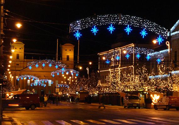 A debreceni főtér is megnyitja kapuit az adventi kirakodók és vásárosok előtt. December 1-jétől te is élvezheted a karácsonyi forgatagot.