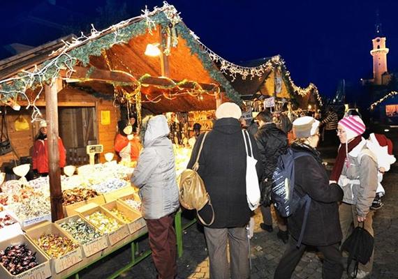 A veszprémi illatos adventi vásár november 30-tól várja a szabadtéri karácsonyi kiállításra és vásárra igyekvőket. Ha jó gyerek voltál, december 6-án mindenképpen látogass ki a forgatagba, ugyanis maga Joulupukki fog ajándékokat osztogatni.