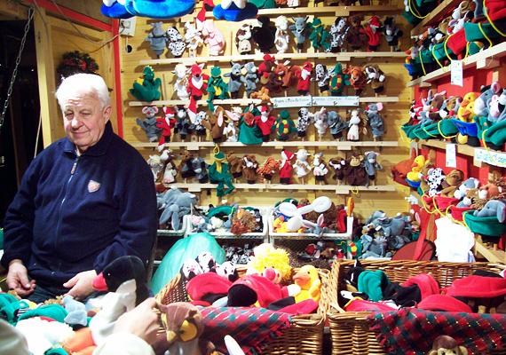A gyerekekre is gondoltak a vásárban. A különböző fajátékok közül szinte kitűnik ez a színes, bábfigurákat árusító stand, ahol az eladók még sajátos műsort is rögtönöznek a nézelődőknek.