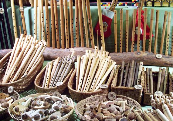 Egy aprócska hangszerkészítő műhely is helyet kapott a vásárban, itt elsősorban furulyákat és sípokat árulnak.