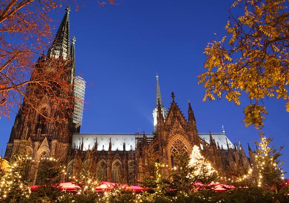 Kölnben, a Dóm téren hagyományőrző karácsonyi forgatag vár, középkori jelmezbe bújt árusokkal, udvari bolondokkal és egyéb szereplőkkel, de a városban még három helyszínen tartanak más-más hangulatú vásárt, érdemes mindegyiket végigjárni.