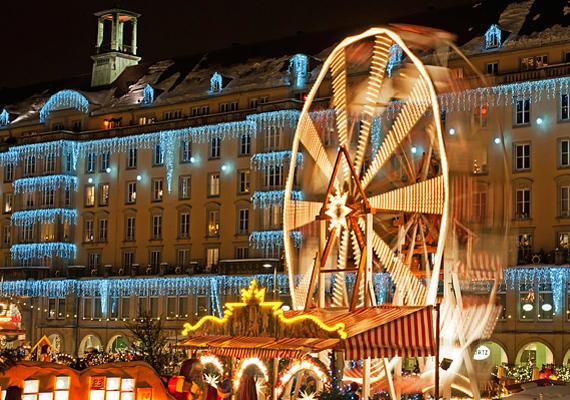 A drezdai Striezelmarkt a legrégebbi karácsonyi vásár Németországban, ám ez nem jelenti azt, hogy ódivatú lenne, sőt. Igazi vurstlihangulat is van itt, óriáskerékkel és mindenféle vidámparkos körítéssel.