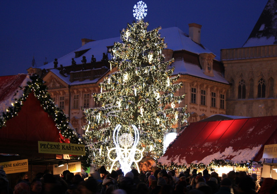 A közeli Prágában az Óváros tér ad otthont évről évre az adventi vásárnak, amely a maga nemében olcsónak számít, de ez mit sem von le a standok színvonalából és az áru minőségéből.