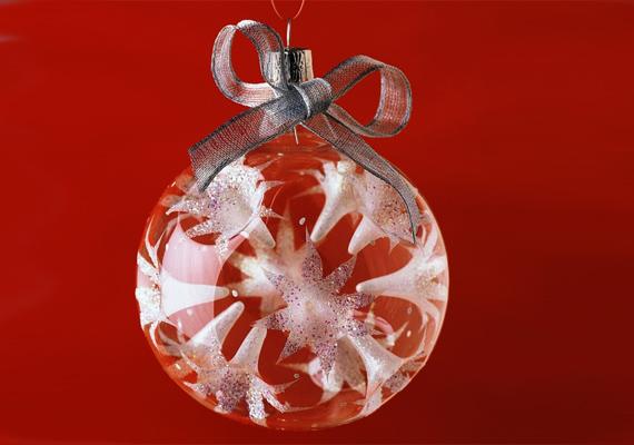 A fújt üvegdíszek sosem mennek ki a divatból, egy egyszerű masnival átkötve ráadásul még szebben mutatnak.