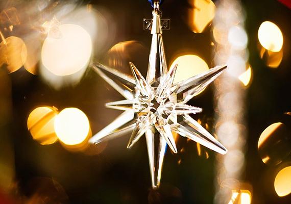 Egy csillogó kristálycsillag már önmagában, a lakás egy kiemelt részén is pazarul mutat.