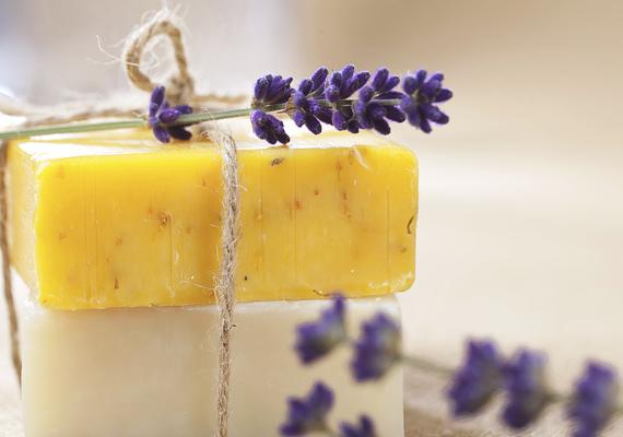 A szépségápolási termékek, mint például a parfümök, dekorkozmetikumok szintén nagyon kelendőek karácsonyi ajándékképpen.