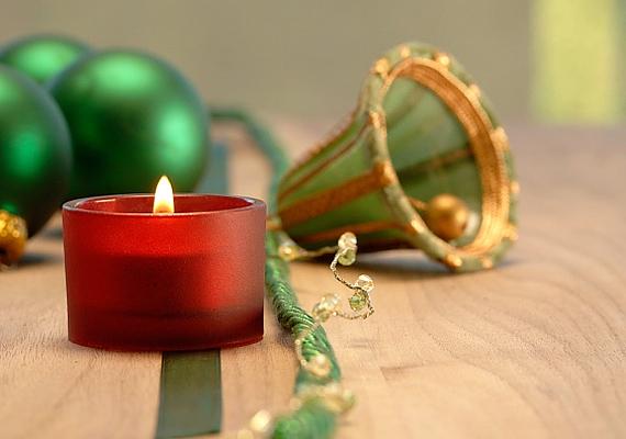 Nem muszáj a dekorálást túlzásba vinni, egy csengő, néhány gömbdísz és egy mécses bármelyik helyiséget feldobja.