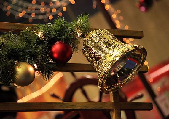Bármilyen ünnepi kellékkel kombinálhatod a csengőt, csak ügyelj rá, hogy legyen elég helye a dallam lejátszásához.