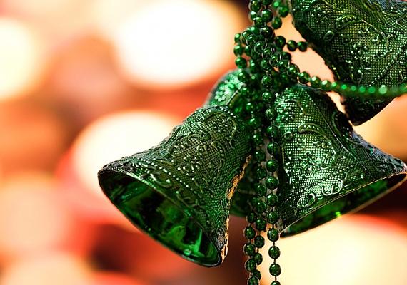 Ha a karácsonyi gyöngysort már nem teszed fel a fenyőre, hasznosítsd újra a csengők rögzítésénél. Így sokkal látványosabb lesz a végeredmény.