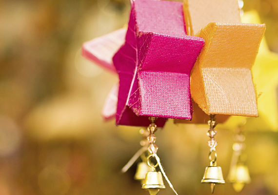 Ötvözd az eltérő stílusokat és formákat! Más díszek aljára rögzíts pirinyó harangokat.