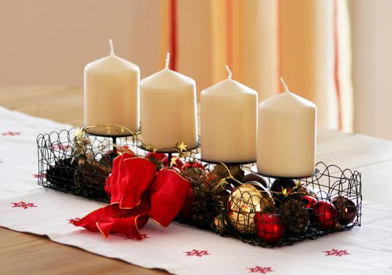 Egy praktikus gyertyatartóval és néhány, a karácsonyfáról száműzött dísszel csodákat művelhetsz.