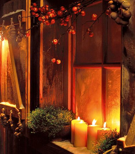 Természetes  Ablakpárkányodra nagyobb gyertyákat is tehetsz, az ablakok fölé pedig lógass csokorba kötött magyalt vagy bármilyen más piros bogyókat.  Kapcsolódó cikk: A legfinomabb karácsonyi illatot árasztó gyertyák »