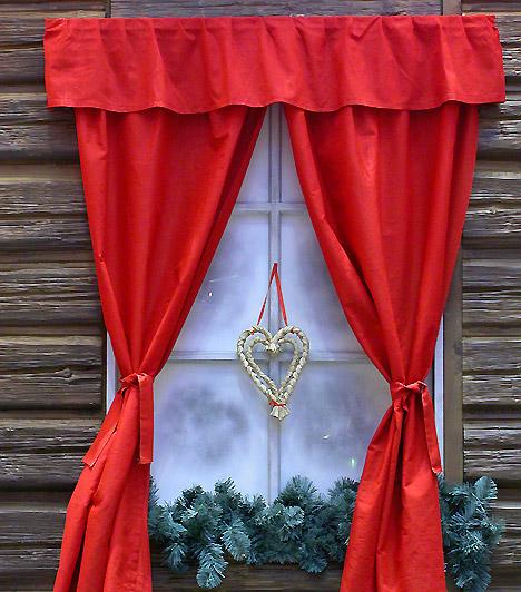 Ünnepi ablak  Ha belülről már feldíszítetted, itt az ideje, hogy kívülről is dekoráld ablakaidat. Fenyőágak a párkányra, műhó az üvegre egy szép szalmadísszel, és már kész is.  Készíts csodás dekorációt az ablakba!»